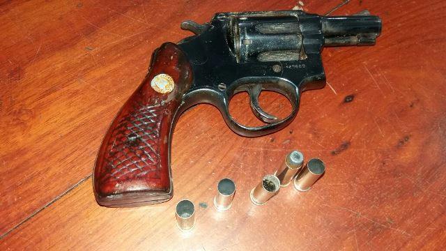Revólver usado por um dos detentos. Fotos: Olho de Boto