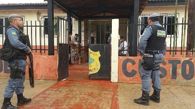 Policiais militares garantem segurança durante trabalho dos agentes de endemias