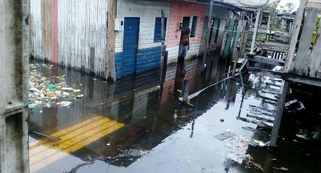 Nível da água invade casas em pelo menos bairros