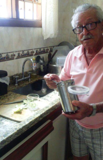 Preparando uma caipirinha em casa