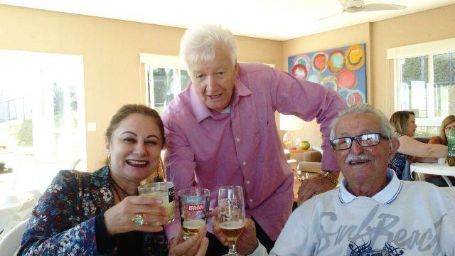 Seu João tomando uma cerveja com a família