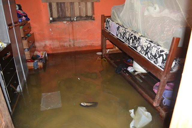 Moradores acordaram com a água na cama. Foto: Cássia Lima