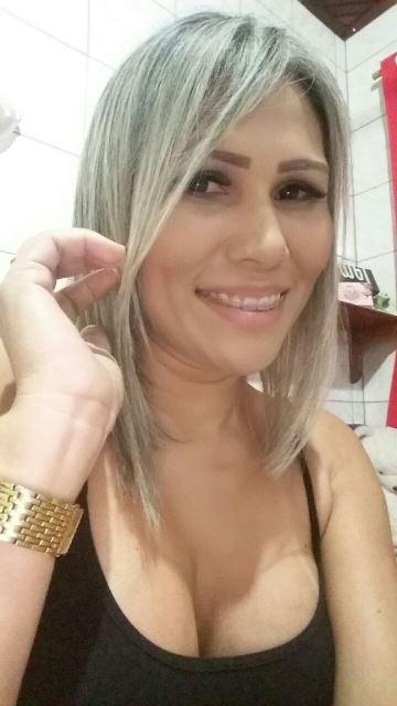 Super vaidosa, Ana nos conta que mantém os cabelos sempre limpos e secos. Usa sempre óleo de armas durante a noite para proteção das pontas, assim ela consegue acordar com os fios mais arrumados, sem precisar de escovações. Ana Fonseca é dona de casa.