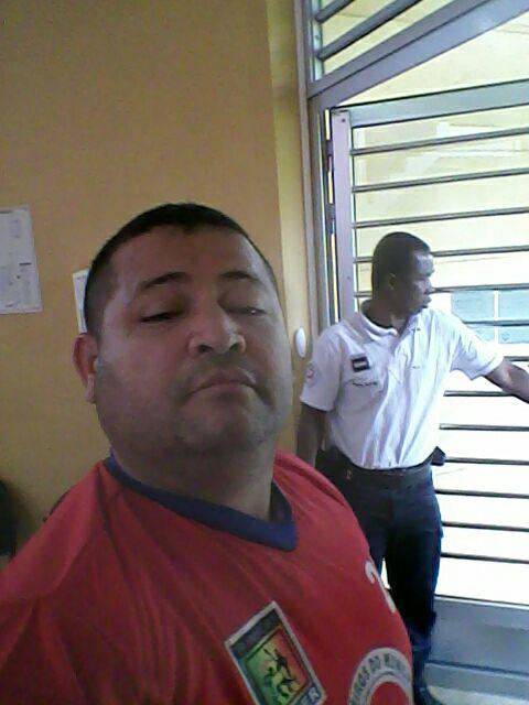 Selfe com policial francês ao fundo: 4 horas na delegacia
