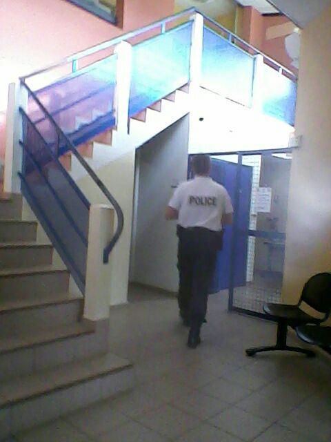 Policial francês andando pelo corredor da delegacia da PAF