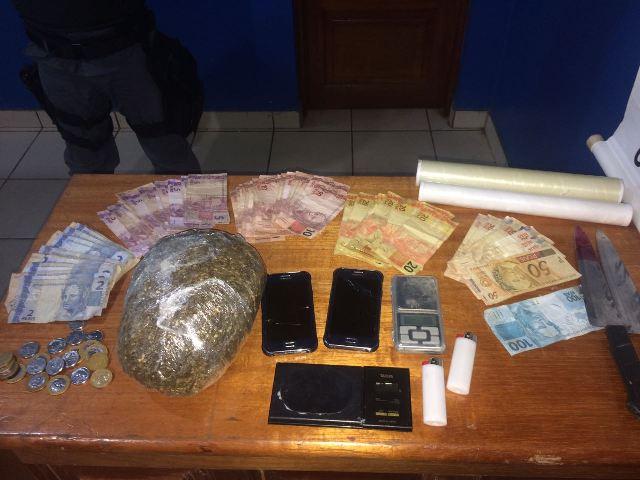 Uma grande quantidade de maconha foi encontrada junto a quase R$ 2 mil