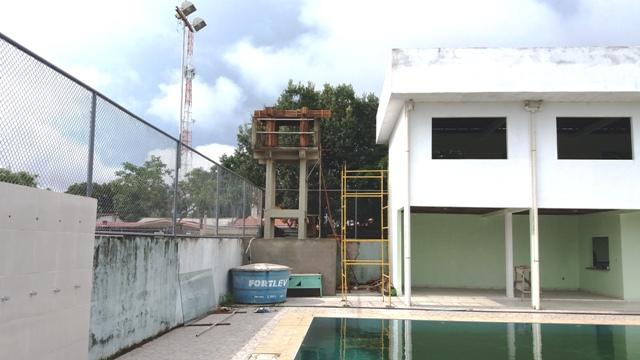Água parada e demora na entrega da piscina é motivo de preocupação e críticas. Fotos: André Silva