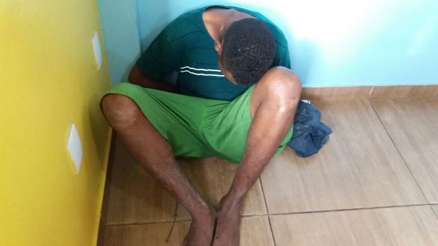 Menor de 16 anos apontou faca no pescoço da vítima. Fotos: Olho de Boto