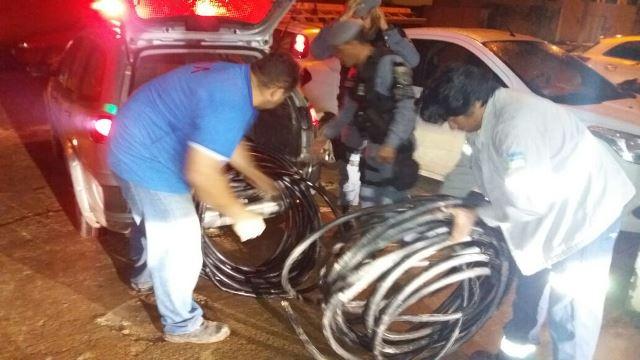 Voluntários ajudam a descarregar viatura