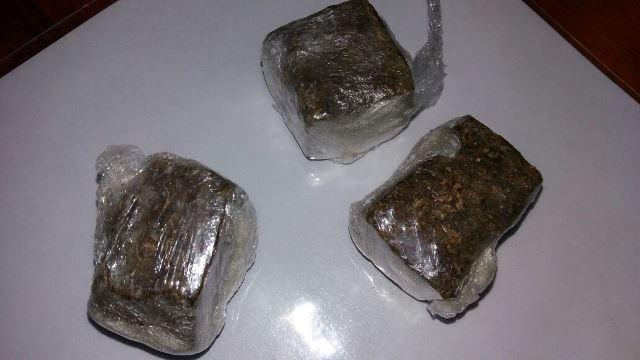 Três porções estavam no forro, mochila e na bermuda do acusado. Fotos: Olho de Boto