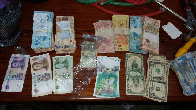 Dinheiro de diferentes moedas foram apreendidos