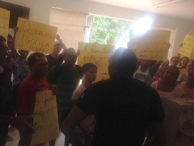 Populares invadem delegacia onde o menor estava detido. Foto: DPI