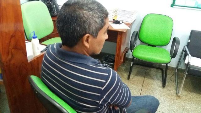 Pedreiro presta depoimento ao delegado Ronaldo Coelho, afirmando que temia pela vítima que estava apanhando e pela vida da própria esposa. Fotos: Olho de Boto
