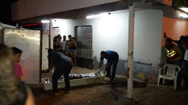 Corpo de Luan Maciel é removido por uma equipe da Politec na noite de domingo, 12