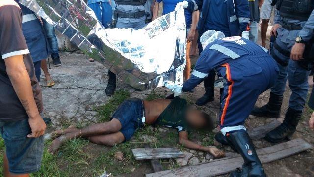Adolescente foi esfaqueado e golpeado com um pedaço de madeira