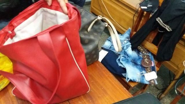 Roupas estavam sendo escondidas em duas bolsas que não tinham pertences pessoais. Fotos: Olho de Boto