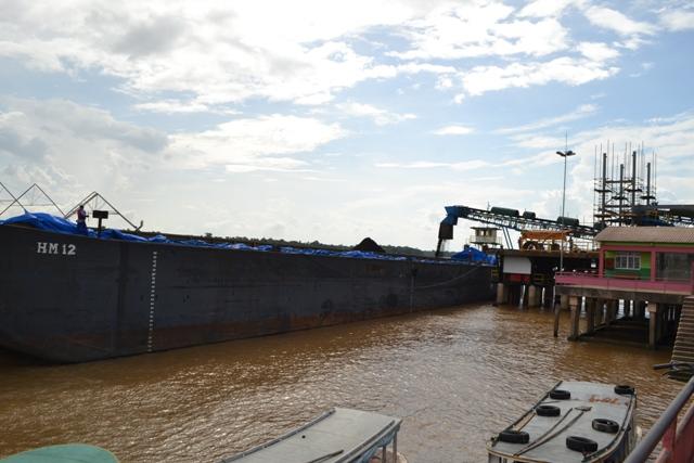 2014,, logo depois do acidente no porto da Anglo: embarque improvisado de minério de ferro. Foto: Seles Nafes