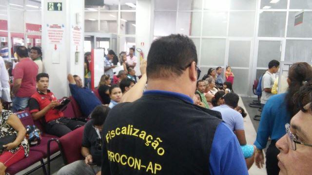 Equipe de fiscalização do Procon no Bradesco. Fotos: Divulgação
