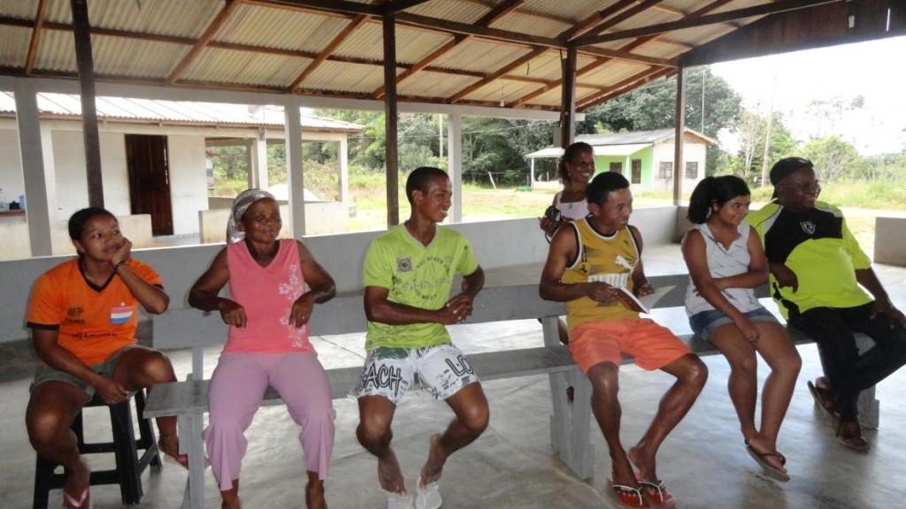 Reunião na comunidade de Ambé, uma das muitas anda sem titulação