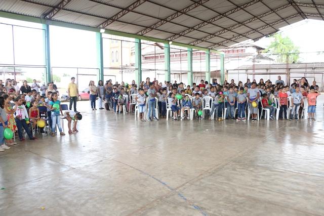 Alunos na quadra da Escola Amazonas, onde ocorreu a aula inaugural. Fotos: Fernando Santos