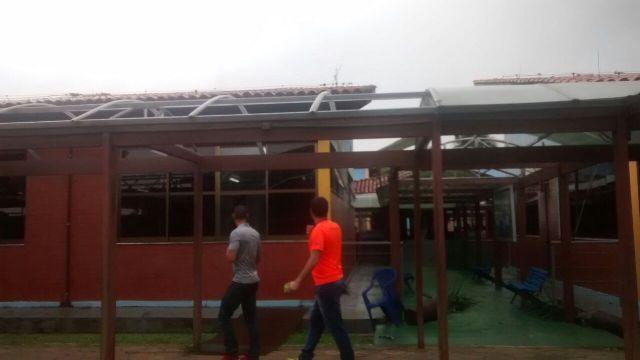 Telhado do Sesc foi destruído com ventania. Fotos: reprodução/Whatasapp