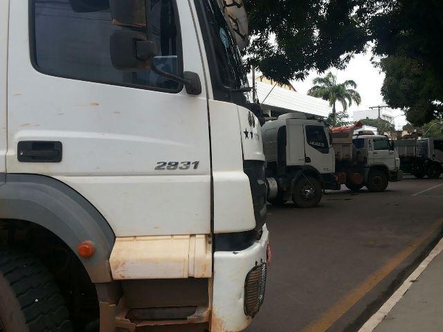 Caçambas paradas em frente do Palácio do governo (1)