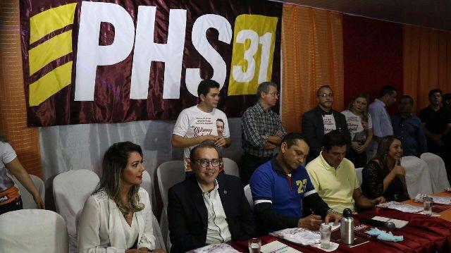 Ofirney Sadala assina ficha de filiação no novo partido ao lado do presidente nacional da legenda, Eduardo Machado. Fotos: divulgação