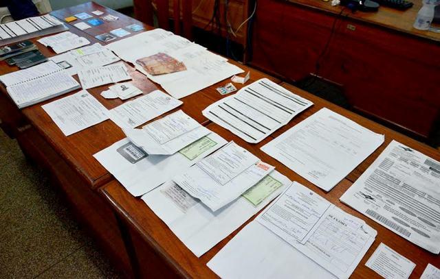 Documentos falsos, consultas, exames e laudos apreendidos com a dupla. Fotos: Marcio Pinheiro (Secom/divulgação)