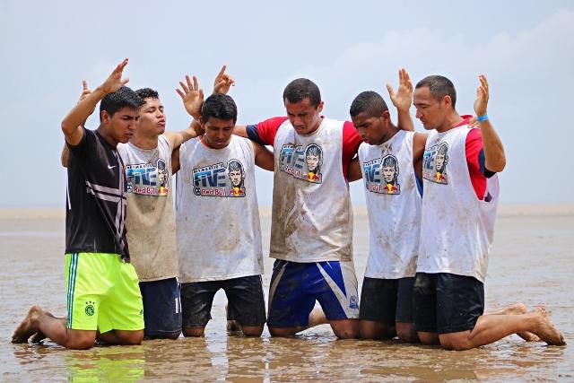 Atletas do Leão do Norte agradecem com oração conquista. Fotos: PMM/divulgação