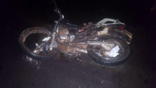 Os dois homens que estavam na moto morreram na hora