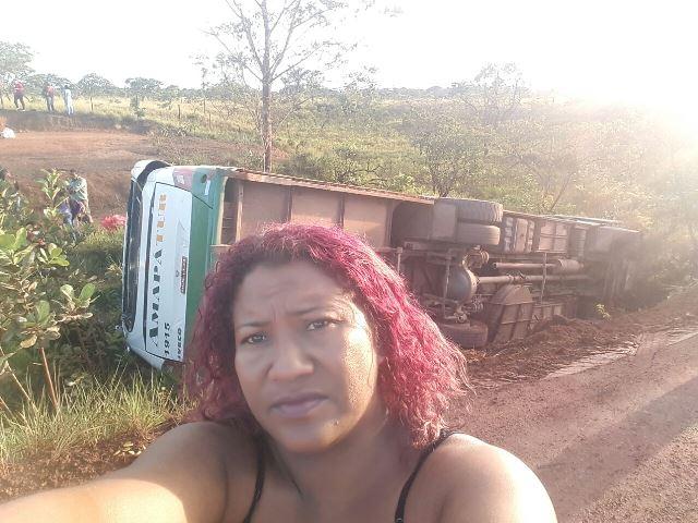 Passageira faz selfie depois do acidente