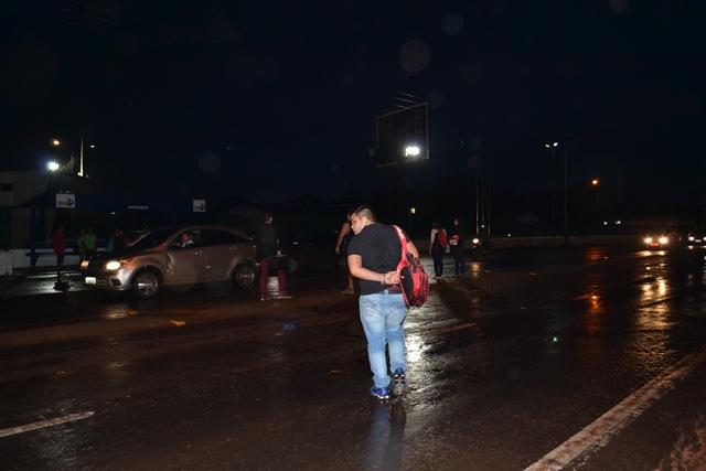 Atravessar a rodovia durante a noite é ainda mais perigoso. Fotos: André Silva