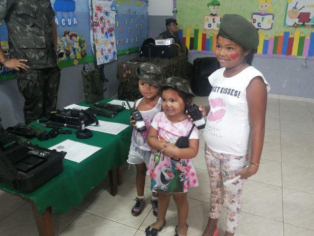 Crianças sendo atendidas pelo Exército