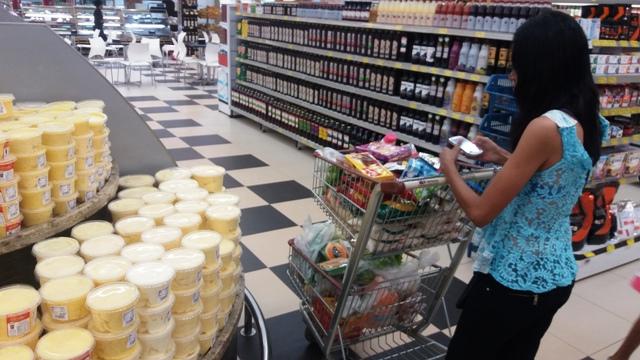Dona de casa faz comparação de preço de manteiga e margarina