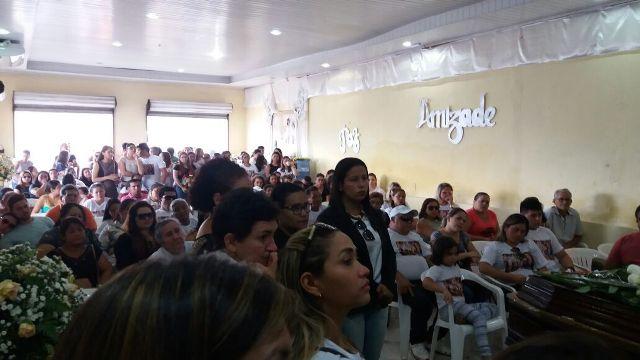 Parentes e familiares lotaram igreja para despedida. Fotos: André Silva