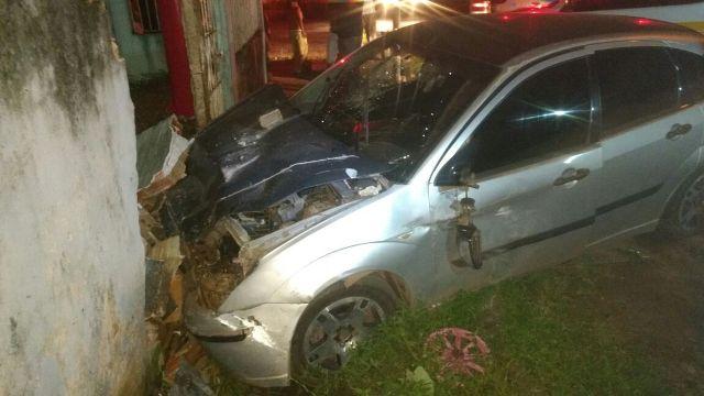 Carro batido pelos criminosos colidiu contra um muro