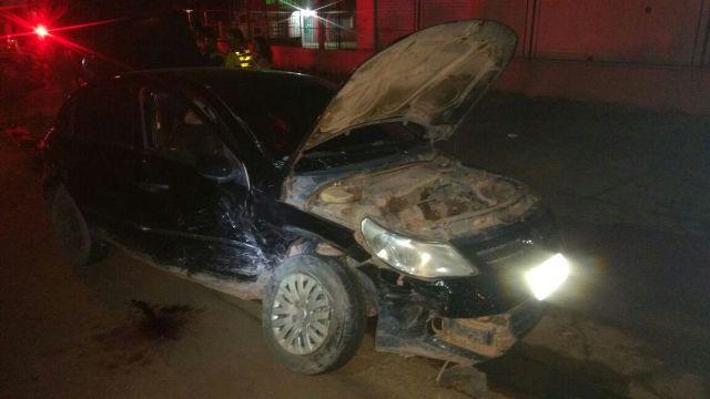 Veículo roubado pela dupla foi abandonado após a batida. Fotos: Olho de Boto