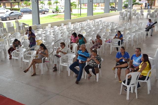 Pessoas vão à quadra da igreja acompanhar o programa...