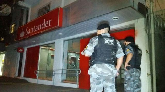 Assalto na agência do Santander na madrugada de segunda-feira, 10. Foto: Olho de Boto