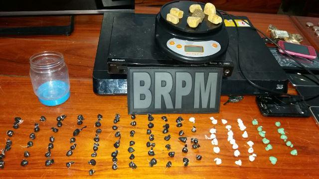 Com apoio do Canil do Bope, BRPM apreende 114 porções e várias pedras de crack. Fotos: Olho de Boto