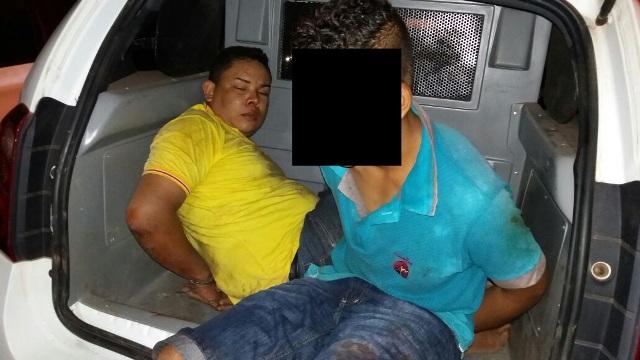 Dupla tentou fugir de bicicleta do local do crime, mas foi capturada por populares. Fotos: Olho de Boto