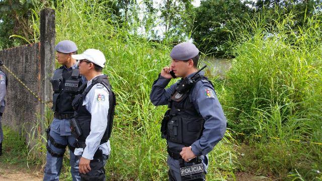 Policiais no local onde a jovem foi encontrada morta no último sábado, 15. Fotos: Fernando Santos