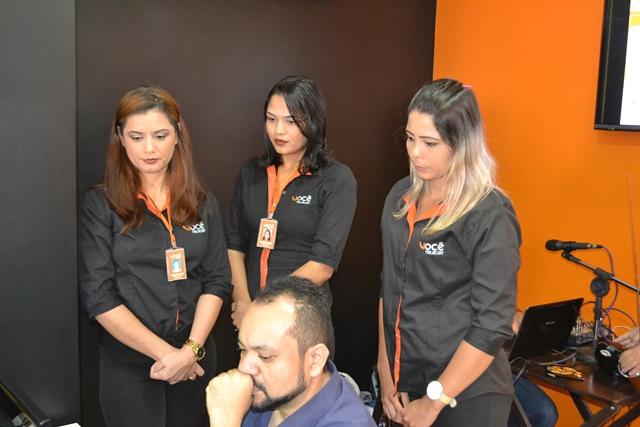 Diretor Luis Gaudêncio com funcionárias da empresa