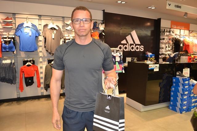 77442ae7ff Militar Roberto Nery aproveitou para comprar um calçado. Fotos  Cássia Lima