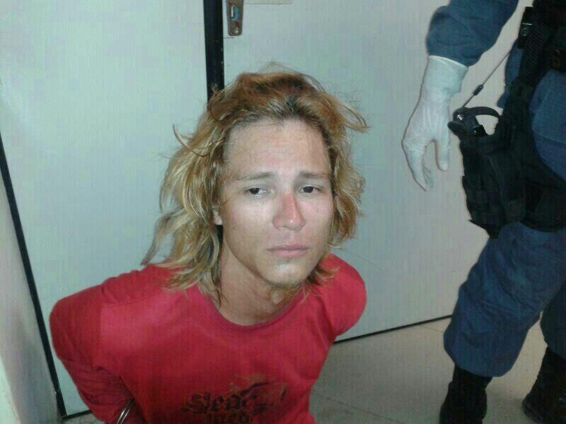 """""""Guns in Roses"""" esfaqueia policial militar no pescoço"""