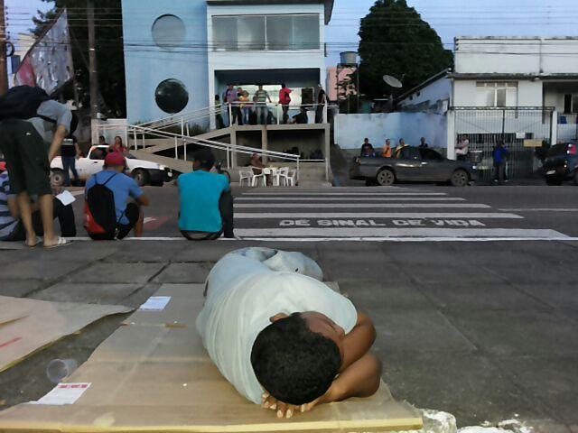 Quando a calçada vira a cama de um trabalhador