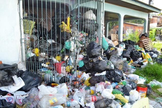 Homem que acumula lixo em casa dorme na praça
