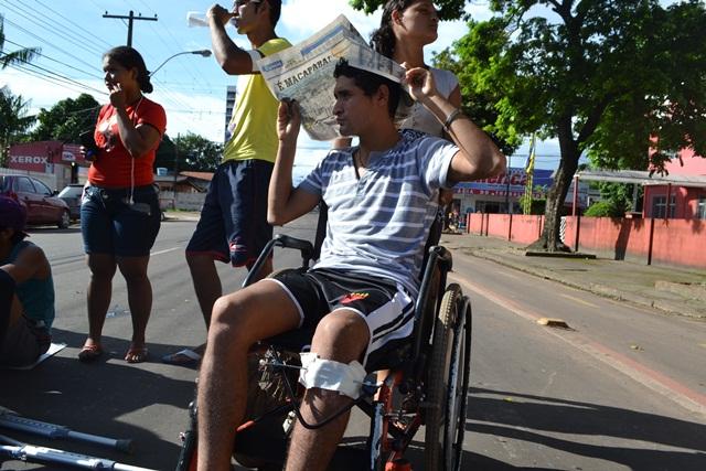No asfalto quente, pacientes que esperam por cirurgia no HE fazem protesto