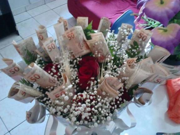 """Como as """"rosas não falam"""", namorado dá buquê de dinheiro"""