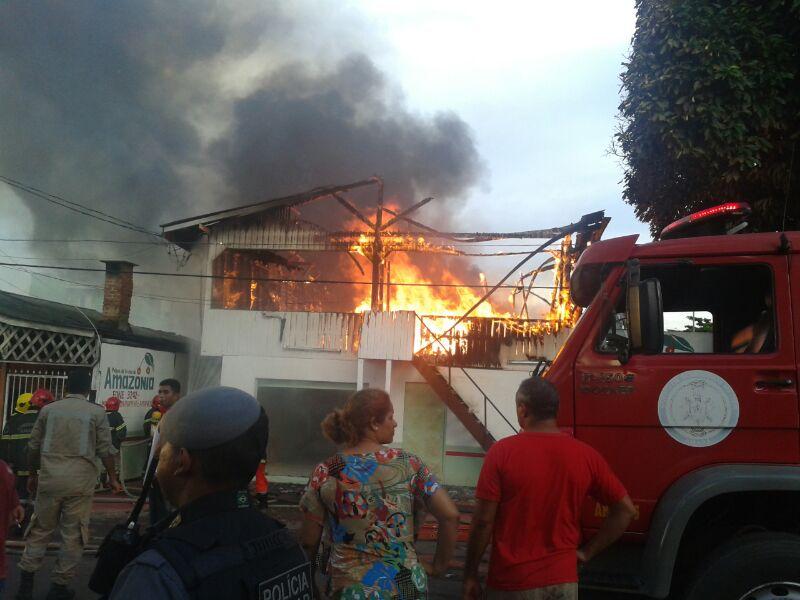 Incêndio destrói fábrica e casa no Santa Rita